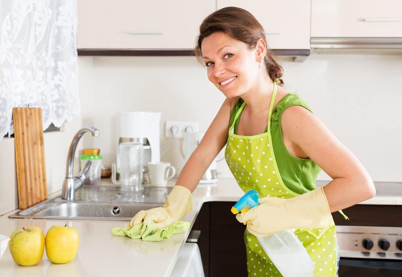 Nettoyage cuisine par une femme dans une cuisine - Service à domicile