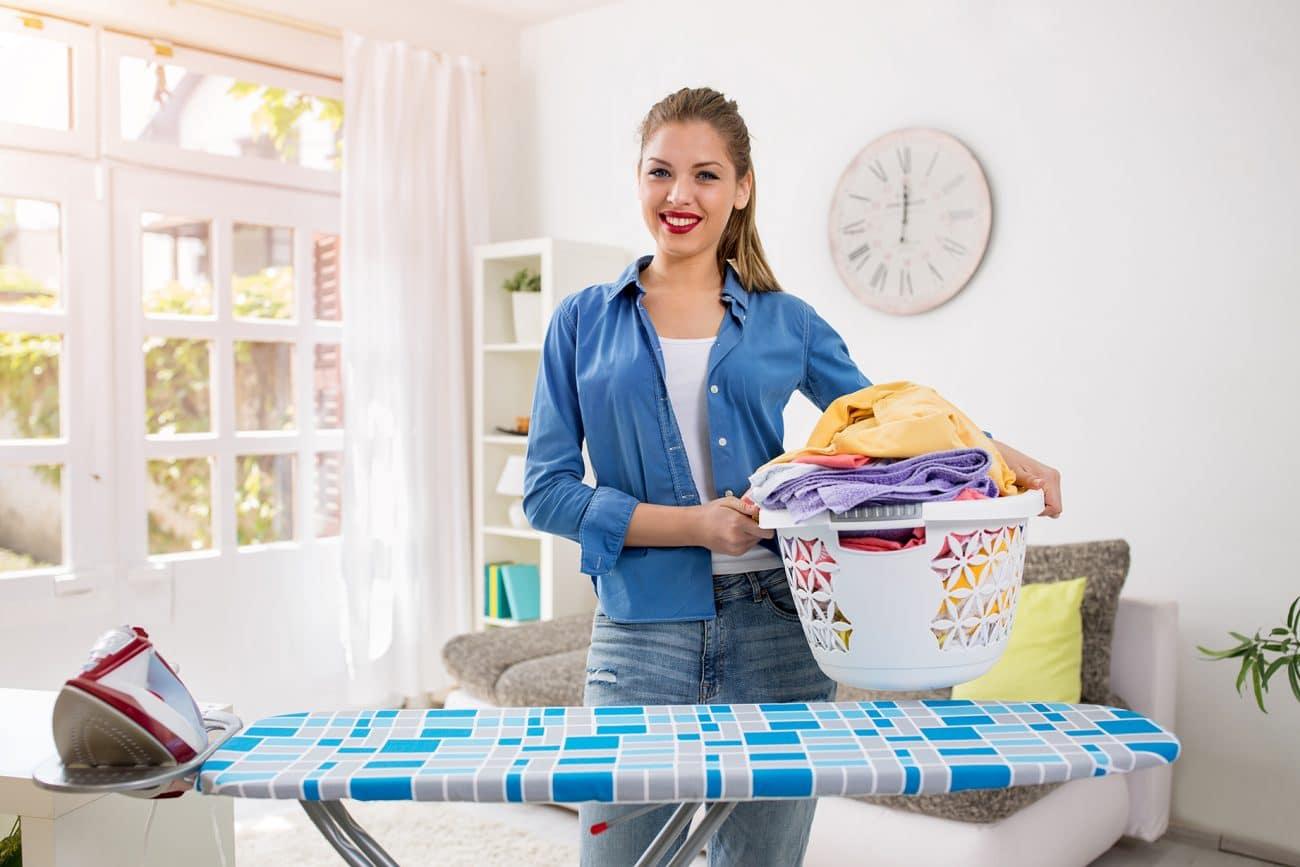 Repassage, femme avec table à repasser - Services à domicile
