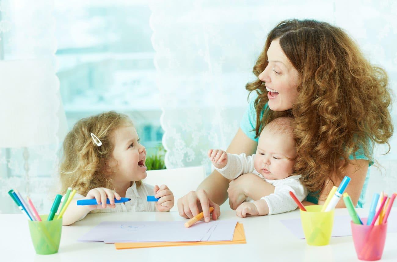 dessin entre mère et fille dessinent garde d'enafnts