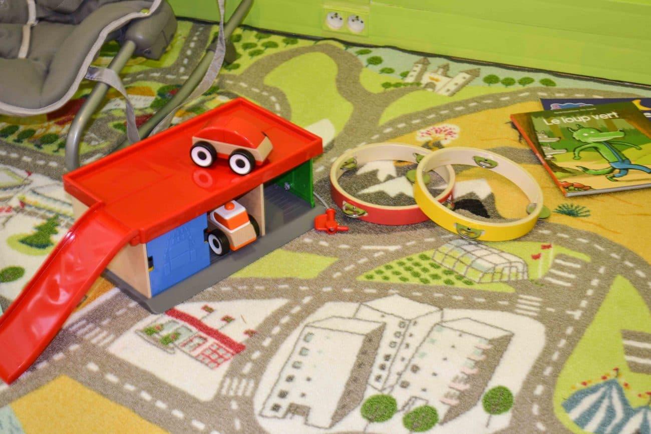 Jeux pour les enfants voiture et musique - Micro-crèche Rouen Granny