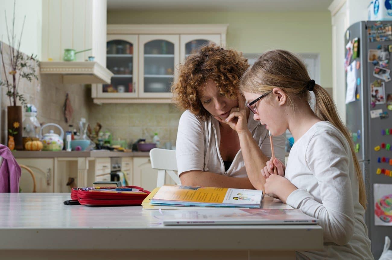 Aide aux devoirs mère et sa fille - Services à domicile et micro-crèche