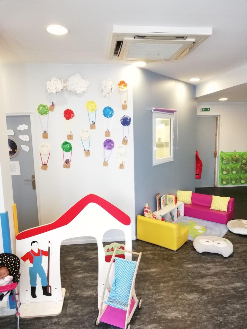 Salle d'activités avec cabane micro-crèche Fushia Le Havre