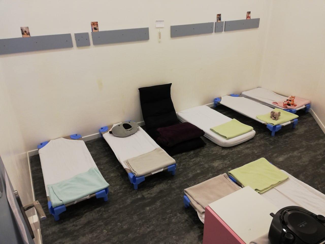 Salle de repos avec lits micro-crèche Fushia Le Havre