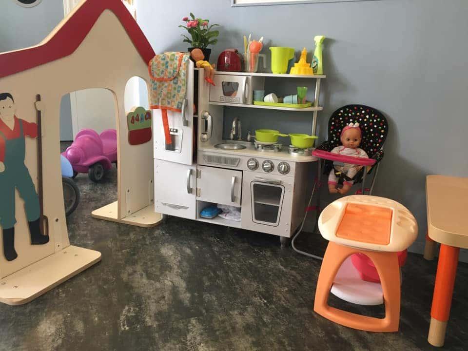 Cabane, cuisine et canapé pour enfants - Micro-crèche Fushia Le Havre