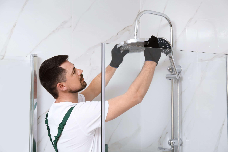 homme répare une douche