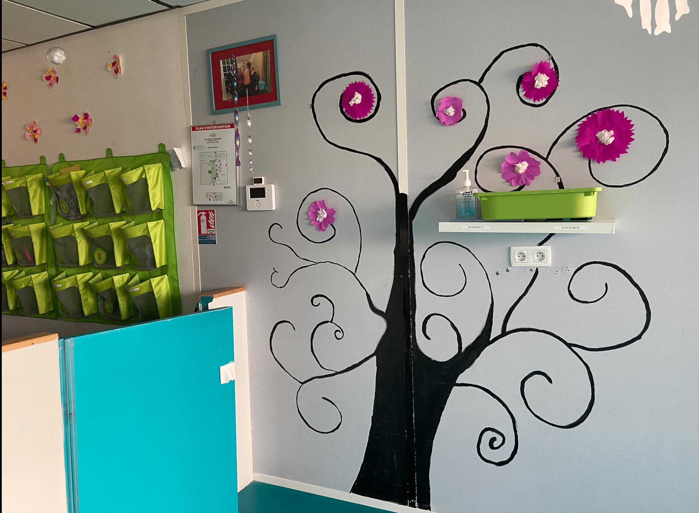 Décoration murale arbre avec fleurs micro-crèche bois guillaume