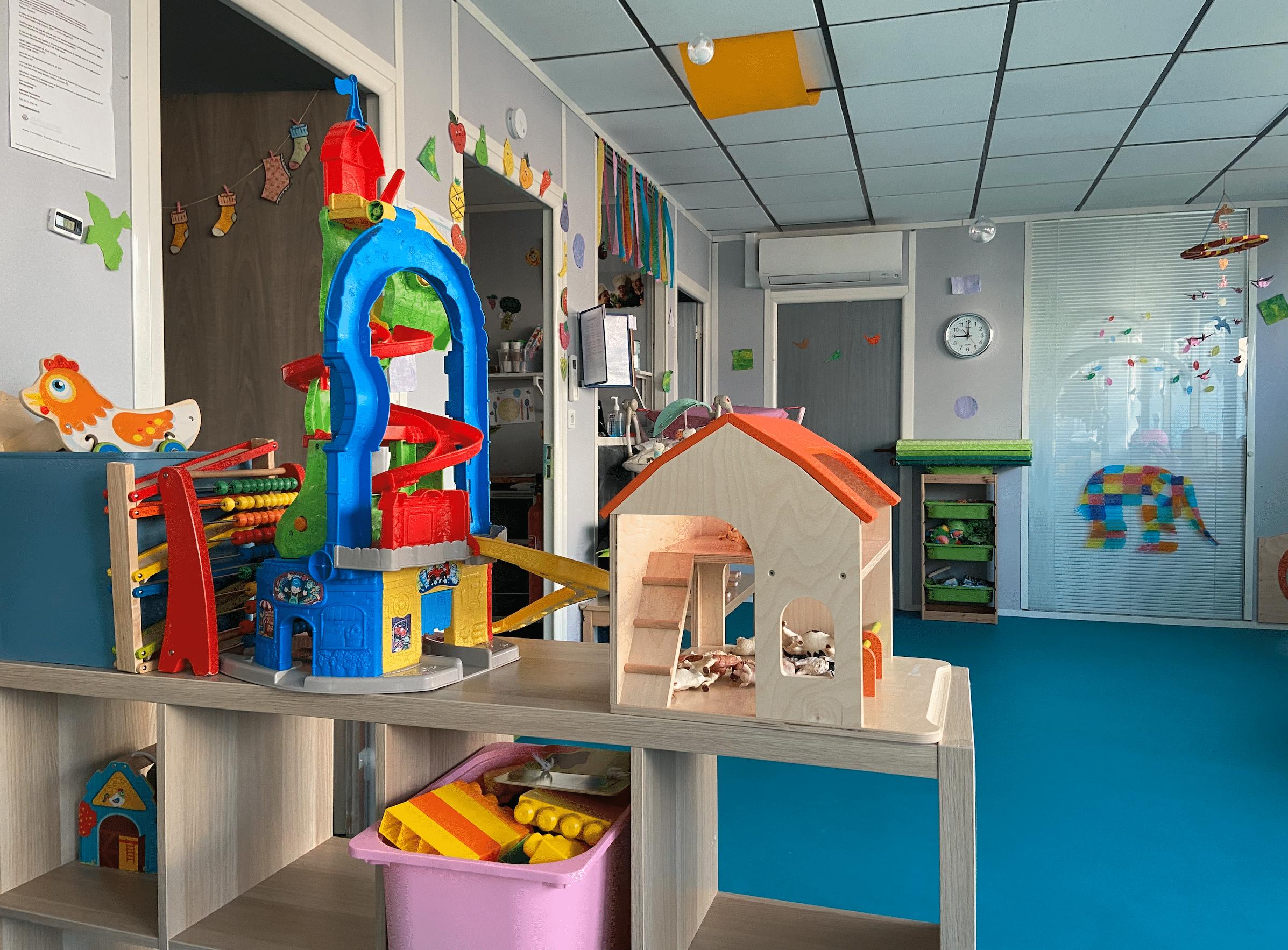 Vue d'ensemble sol bleu et jouets  micro-crèche bois guillaume de différentes couleurs