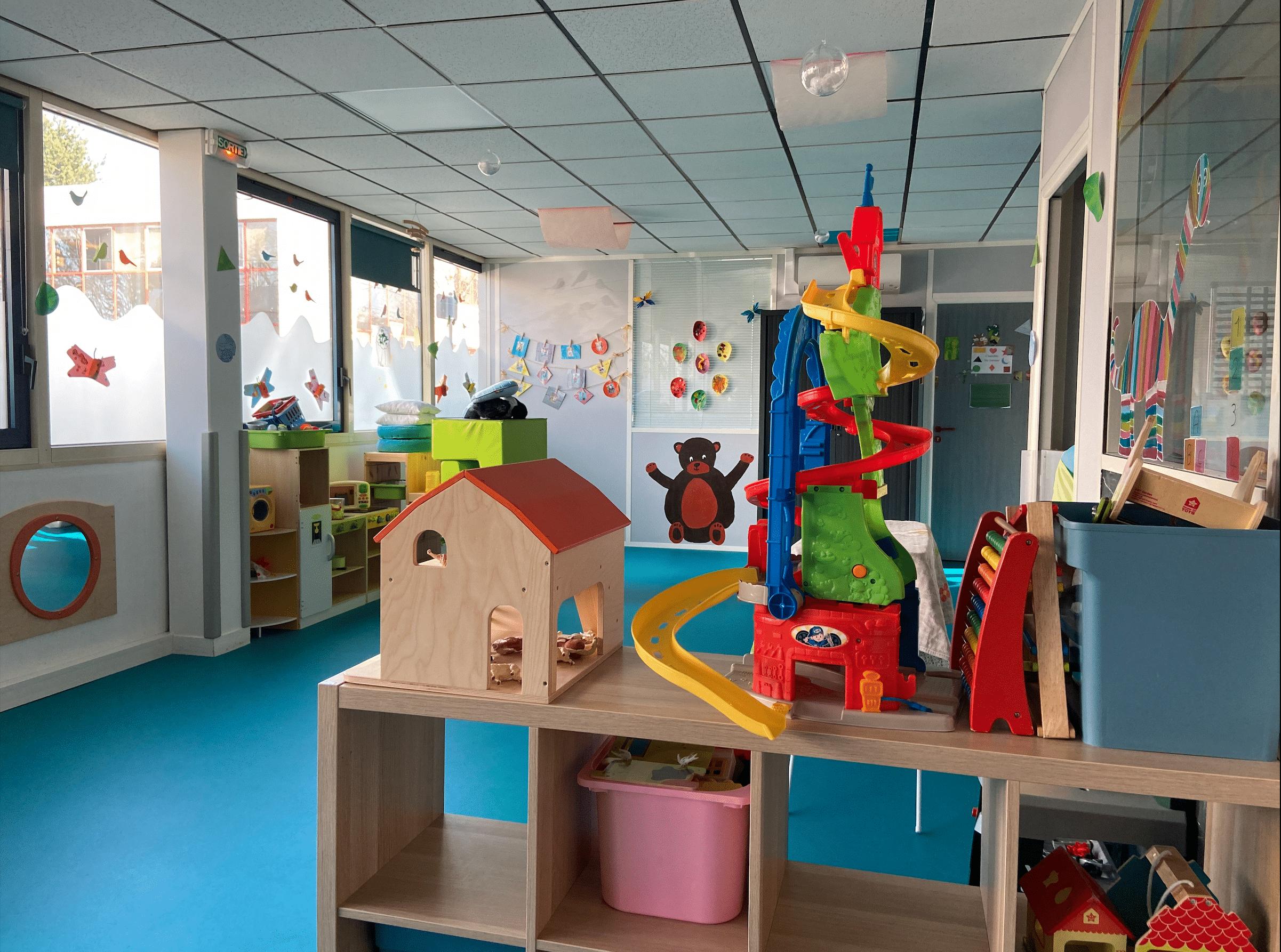Vue d'ensemble sol bleu et jouets micro-crèche bois guillaume