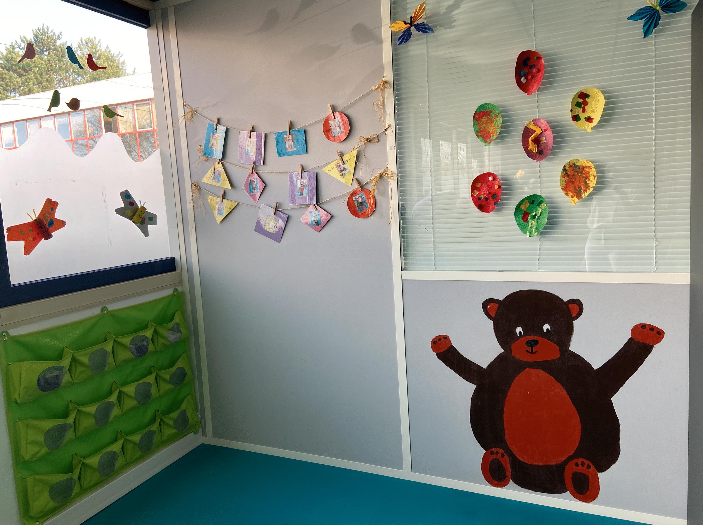 Décoration murale enfantine avec ours brun micro-crèche bois guillaume