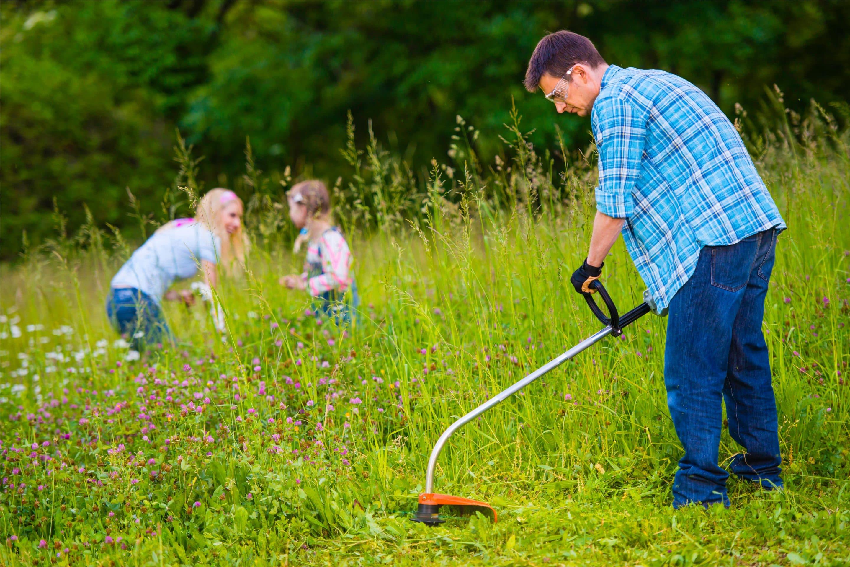 photo jardinier avec famille en arrière plan